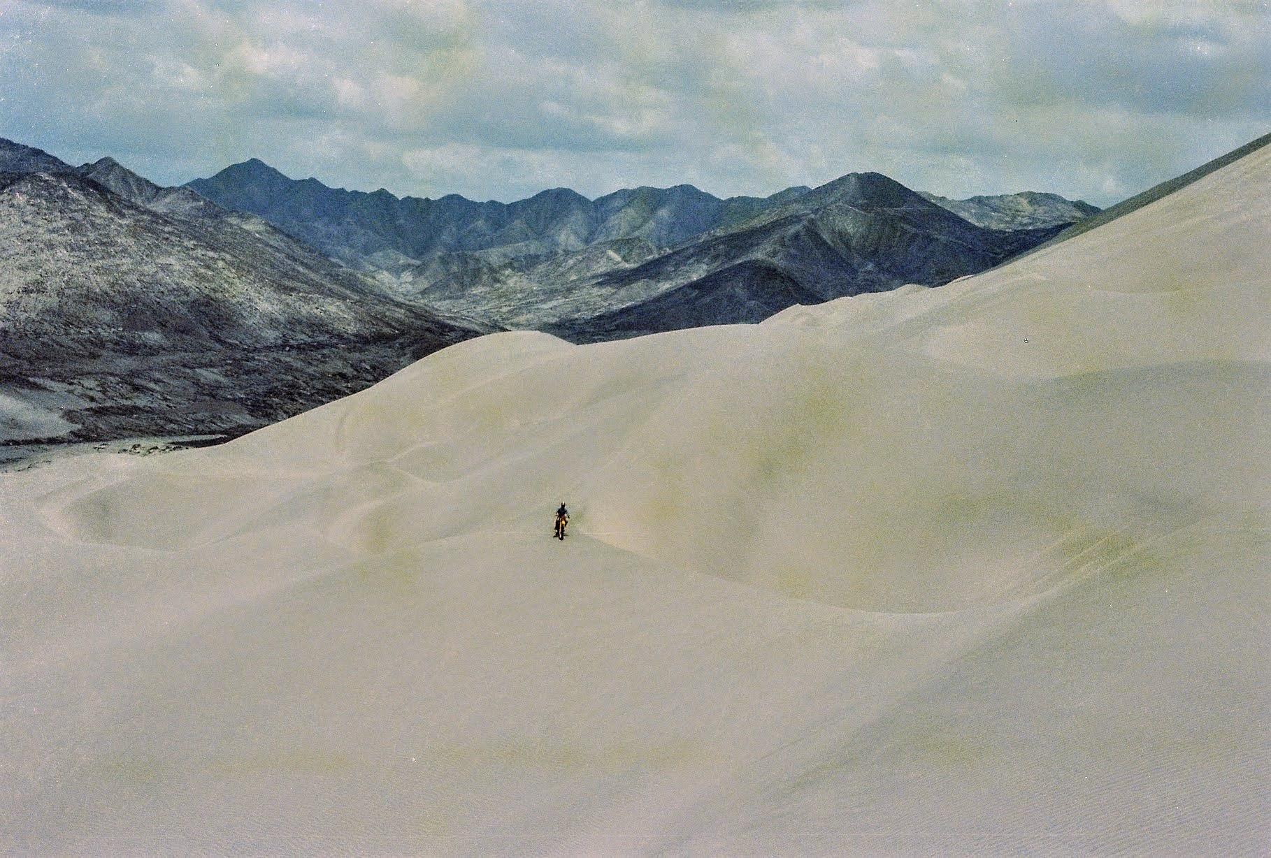 010 Felipe se deplasează pe Dunele Deșertului la Nord de Lima în 1979