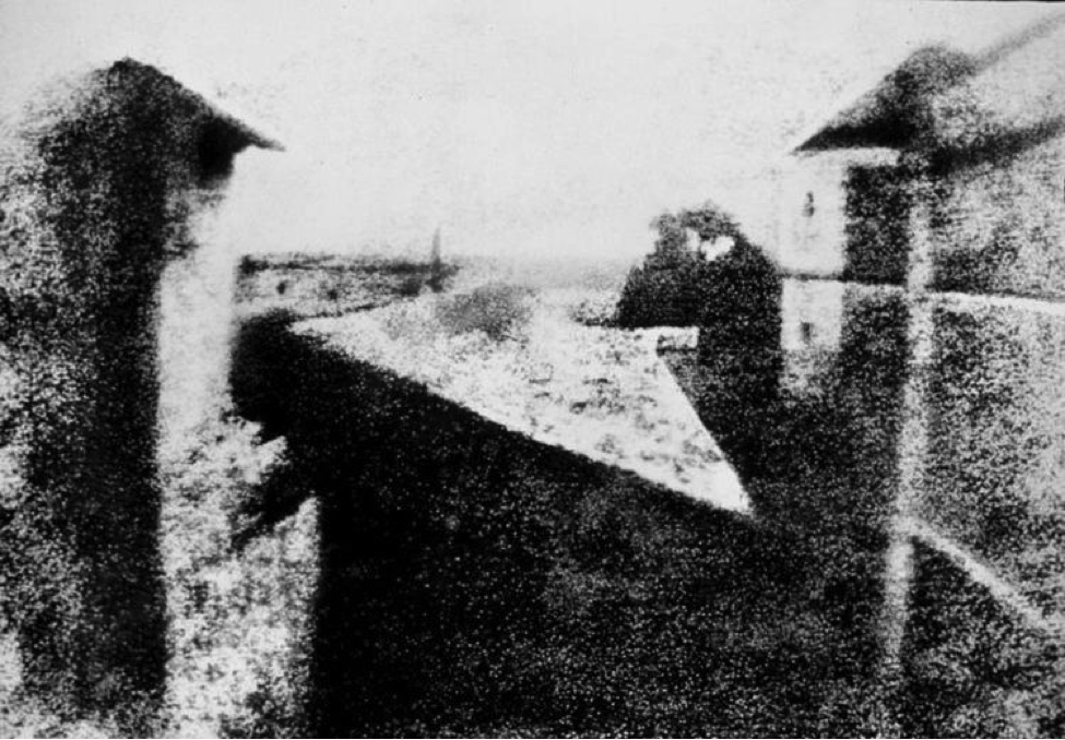 """""""View from the Window at Le Gras"""", Nicéphore Niépce, 1926 (sursă www.wikipedia.org)"""