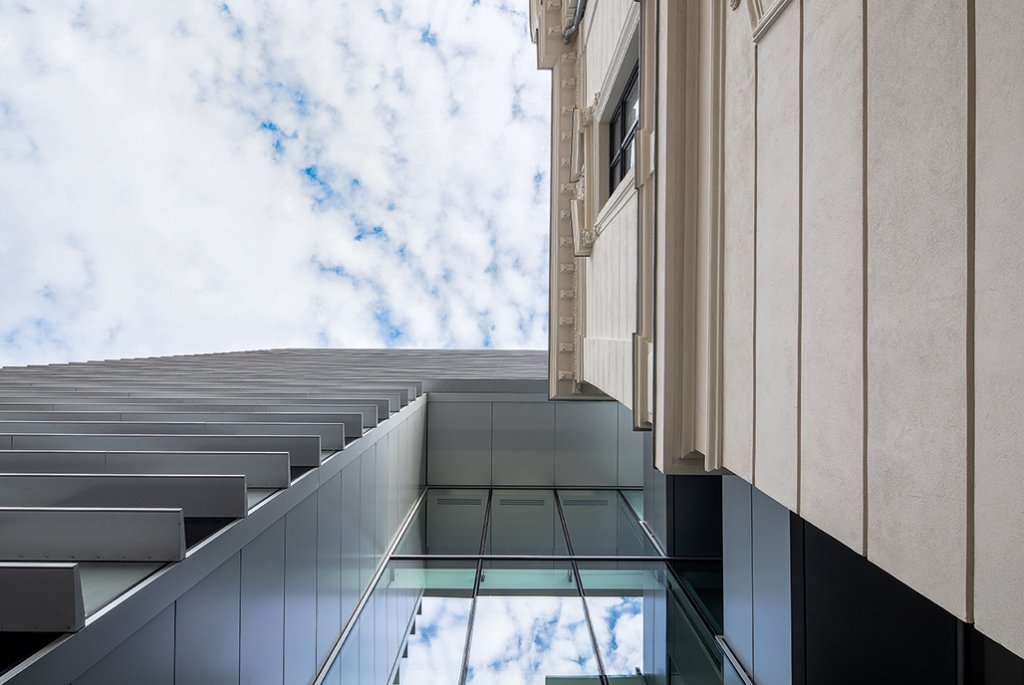 O prismă neutră și o casă neoclasică: un nou imobil de birouri