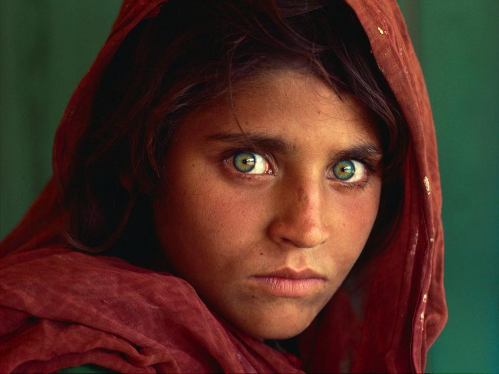 """Afghan Girl"", Steve McCurry, 1984 (sursă www.nationalgeographic.com)"
