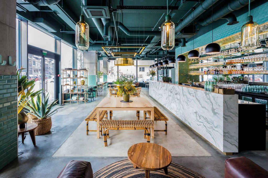 """Proiect: Kane World Food Studio; Echipa: Bogdan Ciocodeică (arhitectură,) David Maguet (concept restaurant), Kinga Tomos  (identitate grafică), Christele Begoc (wall painting); Amplasament: București; Finalizat: 2017; Foto: Andrei Mărgulescu; Câștigător Anuala de Arhitectură București, Premiul secțiunii """"Arhitectura spațiului interior"""" – 2017"""