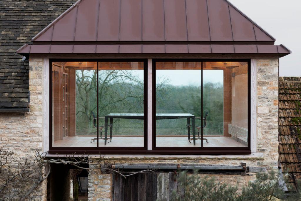 Un birou neconvenţional, aproape de casă şi în mijlocul naturii şi istoriei. Grain Loft Studio, Gloucestershire, Marea Britanie