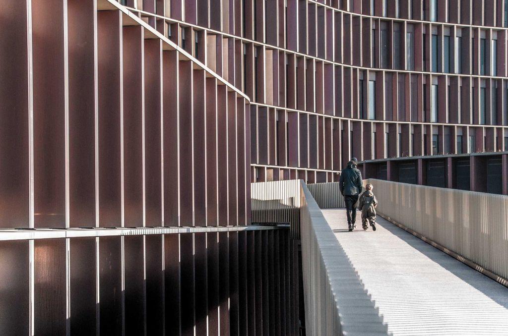 Centrul Panum – Turnul Maersk / CF Møller, Copenhaga, Danemarca –  un alt exemplu danez de spațiu democratic, poți privi laboratoarele direct,  mergând pe pasarela ce traversează insula urbană.