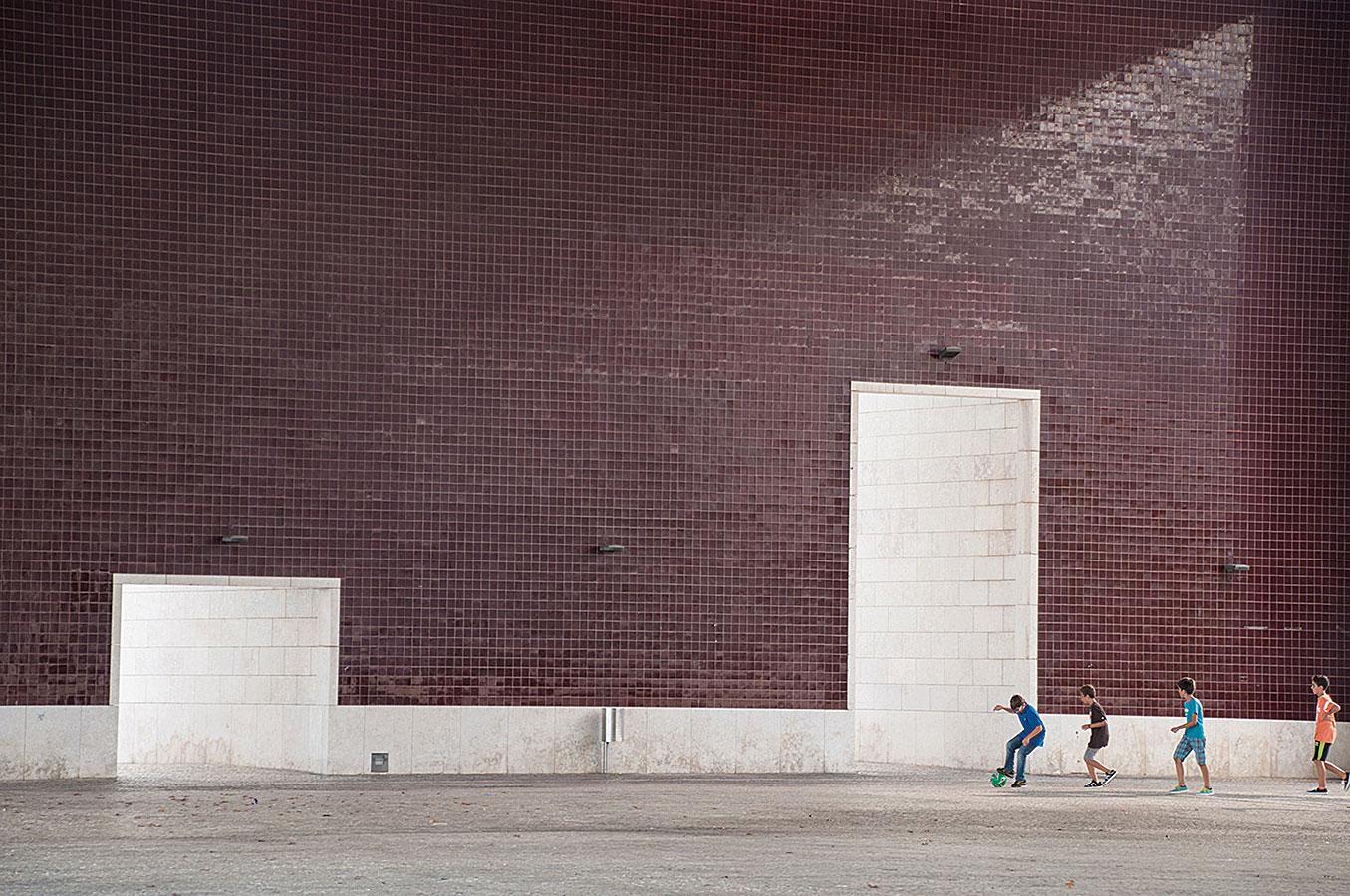 """Partidă de fotbal în pavilionul Portugaliei la EXPO '98, Parque das Nações, Lisabona, Portugalia – ecoul jucătorilor răsuna în pustiul """"ferestrei spre mare"""" a lui Álvaro Siza, un cadru aproape suprarealist."""