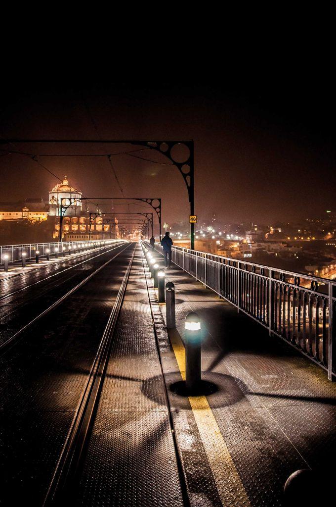 Podul Dom Luis I, peste râul Douro, Portugalia. Itinerariu alternativ pentru a cunoaște orașul Porto noaptea.