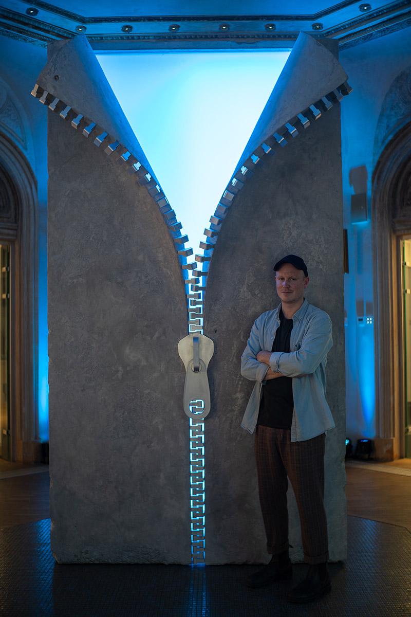 Sculptorul cu renume internațional Alex Chinneck a fost prezent la Qreator cu expoziția Unzip your Mind