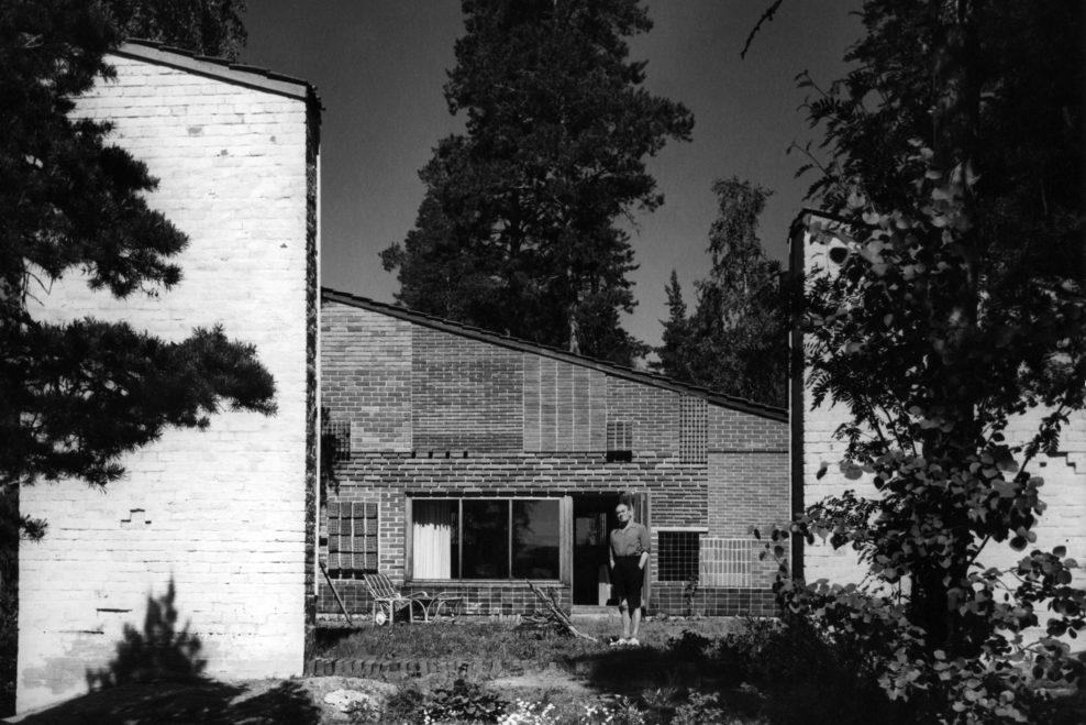 """Alvar Aalto în fața """"Casei Experimentale""""; foto Heikki Havas, Alvar Aalto Museum"""