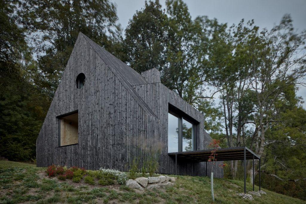 mjolk-architekti-cottage-pod-bukovkou-boysplaynice-exterior-ferestre